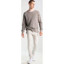 AllSaints WESLEY CIGARETTE Jeansy Slim Fit vintage white. Białe jeansy męskie relaxed fit AllSaints, z bawełny. W wyprzedaży za 487,20 zł.