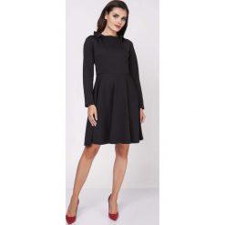 Sukienki: Czarna Rozkloszowana Wizytowa Sukienka z Falbanką przy Dekolcie