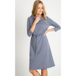 Niebieska sukienka w mikrowzór z wiązaniem QUIOSQUE. Niebieskie długie sukienki marki QUIOSQUE, do pracy, l, z dzianiny, biznesowe, z klasycznym kołnierzykiem, z długim rękawem, dopasowane. W wyprzedaży za 99,99 zł.