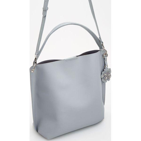 3da84af8c723d Szara torebka typu shopper - Niebieski - Niebieskie torby damskie na zakupy  Reserved. W wyprzedaży za 59,99 zł. - Torby damskie na zakupy - Torebki i  ...