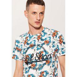 T-shirt w tropikalne kwiaty - Kremowy. Białe t-shirty męskie marki House, l, w kwiaty. W wyprzedaży za 29,99 zł.