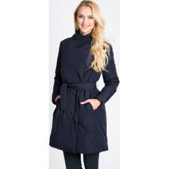 Granatowy wiązany płaszcz QUIOSQUE. Niebieskie płaszcze damskie pastelowe QUIOSQUE, na jesień, w paski, z puchu, sportowe. W wyprzedaży za 279,99 zł.