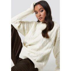 Lioness Sweter St German - Offwhite. Szare swetry klasyczne damskie Lioness, z dzianiny, z okrągłym kołnierzem. Za 222,95 zł.