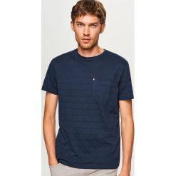 Prążkowany t-shirt z kieszonką - Granatowy. Niebieskie t-shirty męskie marki Reserved, l, prążkowane. W wyprzedaży za 29,99 zł.