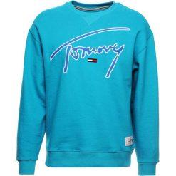 Tommy Jeans SIGNATURE CREW Bluza enamel blue. Zielone bluzy męskie Tommy Jeans, m, z bawełny. Za 379,00 zł.