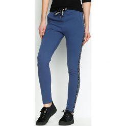 Spodnie damskie: Granatowe Spodnie Dresowe Conveniently
