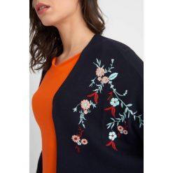Odzież damska: Sweter z haftem
