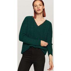Sweter z koronkowym dekoltem - Khaki. Brązowe swetry klasyczne damskie marki Reserved, l, z koronki. Za 79,99 zł.