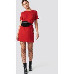 NA-KD T-shirtowa sukienka Babe - Red. Czerwone sukienki mini NA-KD, z nadrukiem, z okrągłym kołnierzem, proste. Za 80,95 zł.