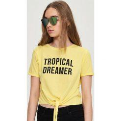 T-shirt z wiązaniem - Żółty. Białe t-shirty damskie marki Sinsay, l, z napisami. W wyprzedaży za 9,99 zł.