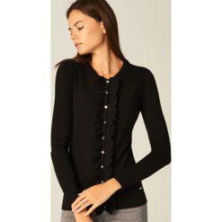 Swetry rozpinane damskie: Dopasowany sweter z zapięciem na guziki - Czarny