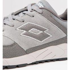 Lotto STRADA IV SUE     Obuwie do biegania treningowe grey/titan grey. Szare buty sportowe chłopięce Lotto, z materiału. W wyprzedaży za 141,75 zł.