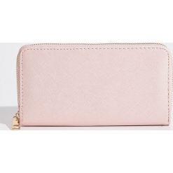 Duży portfel - Różowy. Czerwone portfele damskie marki Sinsay. Za 24,99 zł.