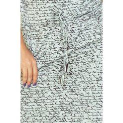 Chantal Sukienka sportowa z golfem - JASNO SZARA + napisy. Szare sukienki sportowe marki numoco, z napisami, z wiskozy, z golfem, sportowe. Za 119,99 zł.