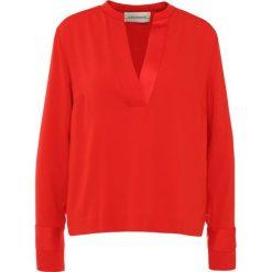 By Malene Birger ALIJARA Bluzka lipstick. Czerwone bluzki asymetryczne By Malene Birger, z materiału. W wyprzedaży za 359,60 zł.