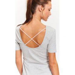 T-SHIRT DAMSKI Z DEKOLTEM NA PLECACH. Szare t-shirty damskie Top Secret, z dekoltem na plecach. Za 34,99 zł.