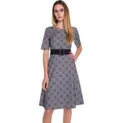 Sukienka z krótkim rękawem oraz paskiem BIALCON. Szare sukienki koktajlowe marki BIALCON, z krótkim rękawem, mini. W wyprzedaży za 119,00 zł.