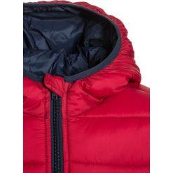 Benetton Kurtka zimowa red. Niebieskie kurtki chłopięce zimowe marki Benetton, z bawełny. W wyprzedaży za 126,75 zł.