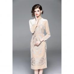 Sukienka w kolorze brzoskwiniowym. Brązowe sukienki marki Zeraco, ze stójką, midi, proste. W wyprzedaży za 349,95 zł.