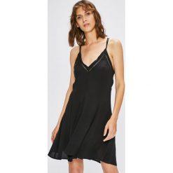 Review - Sukienka. Sukienki małe czarne marki Review, l, z tkaniny, z okrągłym kołnierzem. W wyprzedaży za 129,90 zł.