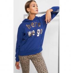 Bluza z napisem z cekinów. Fioletowe bluzy z kieszeniami damskie marki NA-KD, z napisami, z długim rękawem, długie, z kapturem. Za 89,99 zł.