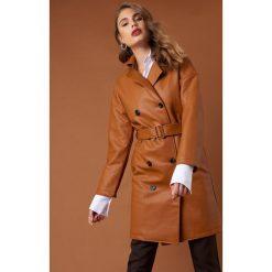 NA-KD Trend Dwurzędowy płaszcz PU - Brown. Brązowe płaszcze damskie NA-KD Trend, w paski. Za 404,95 zł.