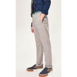 Chinosy chłopięce: Spodnie z paskiem - Jasny szar