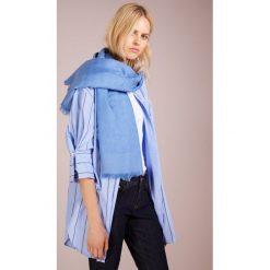 Tory Burch LOGO JACQUARD TRAVELER SCARF Chusta painted blue. Niebieskie chusty damskie Tory Burch, z jedwabiu. Za 819,00 zł.