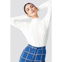 NA-KD Sweter z warkoczowym splotem - White. Białe swetry klasyczne damskie NA-KD, z dzianiny, z okrągłym kołnierzem. Za 161,95 zł.