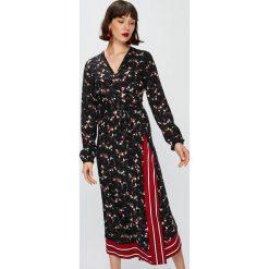 Answear - Sukienka Falling In Autumn. Brązowe sukienki asymetryczne ANSWEAR, na co dzień, s, z tkaniny, casualowe, z asymetrycznym kołnierzem, midi. W wyprzedaży za 129,90 zł.