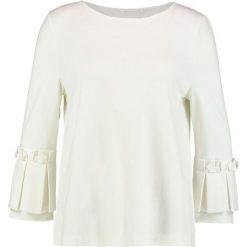 Betty & Co Bluzka z długim rękawem snow white. Białe bluzki damskie Betty & Co, z elastanu, z długim rękawem. Za 349,00 zł.