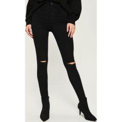 Jeansy skinny z wysokim stanem - Czarny. Czerwone spodnie z wysokim stanem marki Sinsay, l, z nadrukiem. Za 49,99 zł.