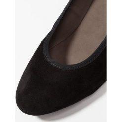 Gabor Czółenka na koturnie schwarz. Czarne buty ślubne damskie Gabor, z materiału, na koturnie. Za 499,00 zł.