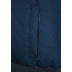 Bench HOODED BOMBER Kurtka zimowa dark navy blue. Niebieskie kurtki chłopięce zimowe marki Bench, z materiału. W wyprzedaży za 377,10 zł.