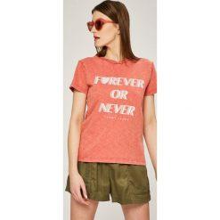Tommy Jeans - Top. Pomarańczowe topy damskie marki Tommy Jeans, l, z nadrukiem, z bawełny, z okrągłym kołnierzem. W wyprzedaży za 99,90 zł.