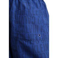 Calvin Klein Swimwear MEDIUM DRAWSTRING Szorty kąpielowe tonic dazzling blue. Niebieskie kąpielówki chłopięce Calvin Klein Swimwear, z materiału. Za 189,00 zł.