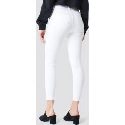 Spodnie damskie: Trendyol Jeansy rurki z wysokim stanem - White