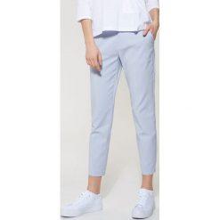 Spodnie typu chino - Niebieski. Niebieskie chinosy męskie marki House. Za 89,99 zł.