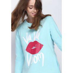Jasnoniebieska Bluzka One Kiss. Szare bluzki longsleeves Born2be, l, z nadrukiem, z okrągłym kołnierzem. Za 29,99 zł.