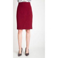 Ołówkowa bordowa spódnica QUIOSQUE. Czerwone spódnice wieczorowe marki QUIOSQUE, uniwersalny, z dzianiny, z standardowym stanem, midi, ołówkowe. W wyprzedaży za 96,00 zł.