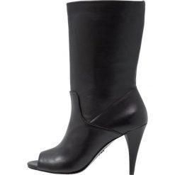 MICHAEL Michael Kors ELAINE OPEN TOE BOOTIE Kozaki na obcasie black. Czarne buty zimowe damskie marki MICHAEL Michael Kors, z gumy, przed kolano, na wysokim obcasie. Za 949,00 zł.
