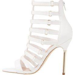 ALDO UNACLYA Sandały na obcasie white. Białe sandały damskie ALDO, z materiału, na obcasie. Za 379,00 zł.