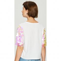 T-shirt z połyskującą aplikacją na rękawach - Biały. Białe t-shirty damskie Sinsay, m, z aplikacjami. Za 59,99 zł.
