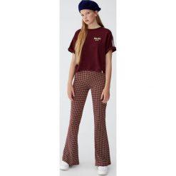 Koszulka z paskami na rękawach. Czerwone t-shirty damskie Pull&Bear, w paski. Za 49,90 zł.