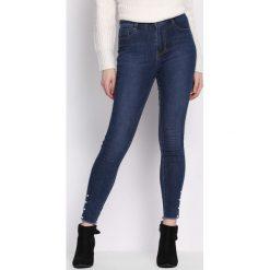 Niebieskie Jeansy Qualified. Niebieskie jeansy damskie Born2be, z podwyższonym stanem. Za 69,99 zł.