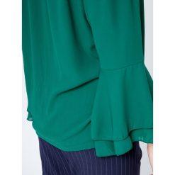 Bluzka z dekoltem carmen oraz falbanami przy rękawach zielona. Zielone bluzki longsleeves Yups, l, z poliesteru, klasyczne, z kołnierzem typu carmen. Za 39,99 zł.
