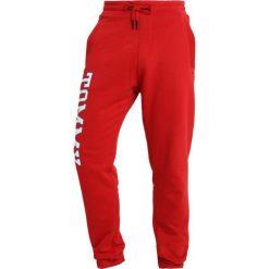 Tommy Jeans ESSENTIAL COLLEGE Spodnie treningowe red. Czerwone spodnie dresowe męskie Tommy Jeans, z bawełny. Za 349,00 zł.