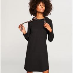Sukienka z kapturem - Czarny. Czarne sukienki z falbanami marki Reserved, l, z kapturem. Za 99,99 zł.