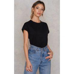 Rut&Circle Klasyczny T-shirt Ellen - Black. Czarne t-shirty damskie Rut&Circle, z klasycznym kołnierzykiem. Za 80,95 zł.
