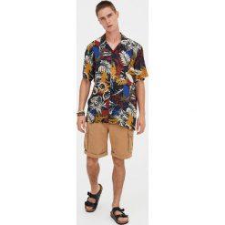 Koszula z krótkim rękawem i nadrukiem dżungli. Czerwone koszule męskie marki Pull&Bear, m. Za 62,90 zł.